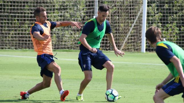 Rubén Cruz controla una pelota durante un entrenamiento. (Foto: Cádiz CF).