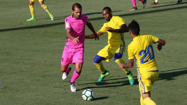 Abdullah, luchando por una pelota en el amistoso ante el Levante. (Foto: Cádiz CF)
