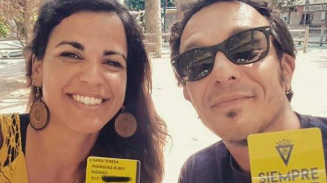 Teresa Rodríguez y José María González muestran sus carnet de abonado del Cádiz CF