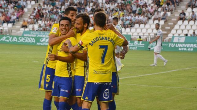 Álvaro García, abrazado por sus compañeros en Córdoba. (Foto: Cádiz CF)