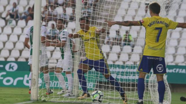 Álvaro sale de la portería en la que marcó su gol en Córdoba.