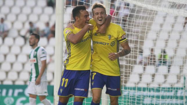 Álvaro y Salvi se abrazan tras el segundo gol cadista en Córdoba.