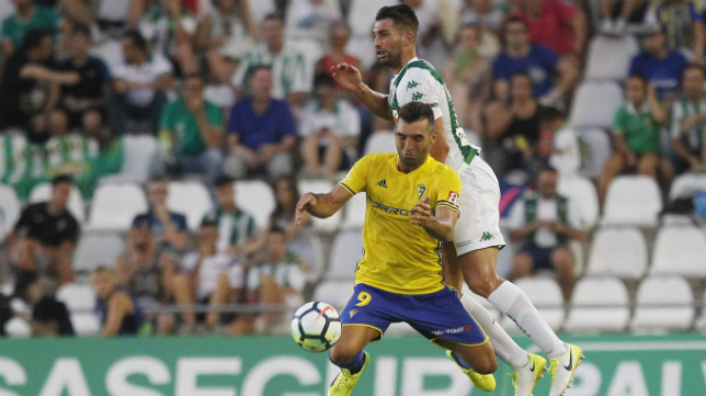 David Barral lucha un balón en el pasado partido de Córdoba.