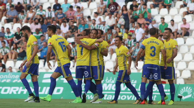 El Cádiz comenzó la temporada con una victoria en Córdoba.