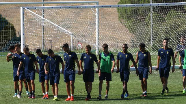 Los jugadores del Cádiz CF, en un entrenamiento.