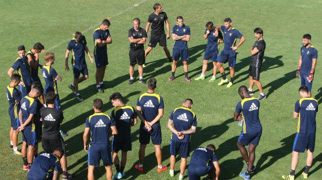 La plantilla amarilla atiende las indicaciones de Álvaro Cervera durante un entrenamiento. (Foto: A. Vázquez).