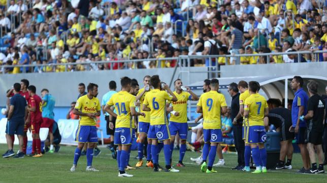 Los jugadores del Cádiz CF se refrescan durante un partido del Trofeo Carranza.