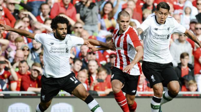 Aketxe, entre dos jugadores del Liverpool, durante un amistoso celebrado en Dublín.