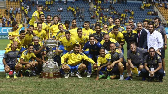 Los canarios disfrutaron del Trofeo sobre el césped.