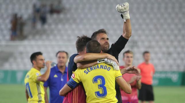 Cifuentes y Servando, entre otros, celebran la victoria del Cádiz CF en Córdoba.