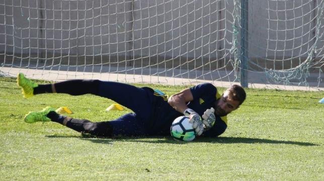 Cifuentes ataja un balón durante el entrenamiento de hoy. (Foto: Cádiz CF).