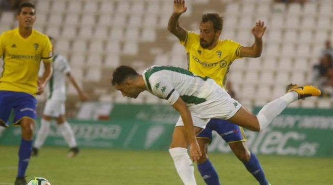 Aitor García en un partido con el Cádiz CF