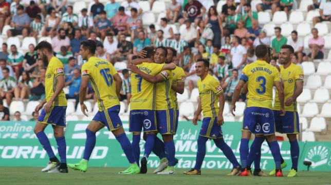 Los jugadores del Cádiz CF celebran el primer gol en Córdoba