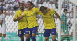 Alvarito y Salvi celebran el segundo gol del Cádiz en Córdoba.