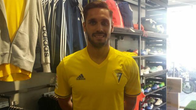 Rober Correa, en la tienda del Cádiz CF.