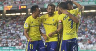 David Barral es felicitado por sus compañeros después de su estreno goleador.