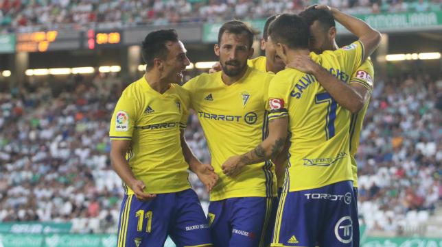 David Barral es felicitado por sus compañeros después de su estreno goleador en Córdoba