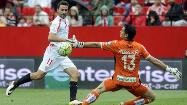 Juan Muñoz remata ante Andrés Fernández (Foto: Juan José Úbeda).