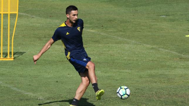 Kecojevic toca un balón en su primer entreno como jugador del Cádiz CF. (Foto: A. Vázquez)