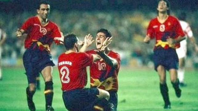 Kiko celebra con Ferrer el gol de la victoria ante Polonia en Barcelona 92