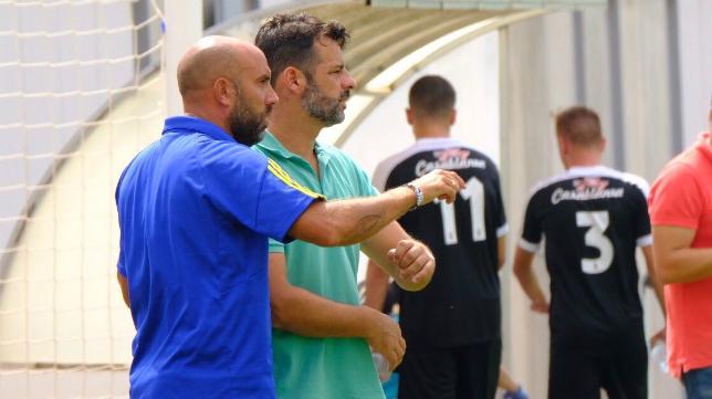 Mere y Raúl López, durante el encuentro ante el Ceuta en El Rosal. Foto: Cádiz CF.