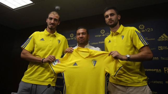 Mikel Villanueva e Iván Kecojevic, junto a Cordero en su presentación como cadistas.