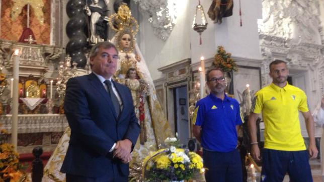 Presidente, entrenador y capitán en la ofrenda floral.