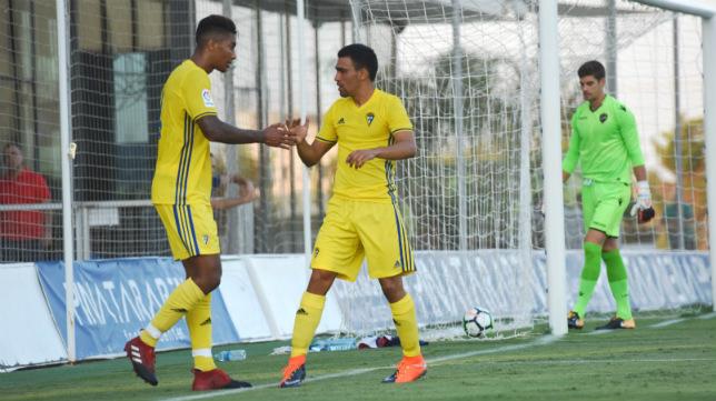 Romera celebra junto a Eddy un gol en pretemporada.