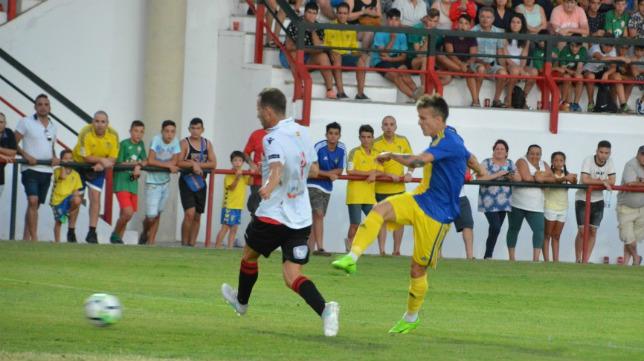 Salvi, en una acción en el partido ante el Melilla. (Foto: Cádiz CF).