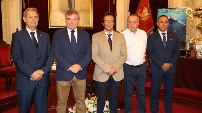 Los representantes de los clubes con el alcalde José María González (Foto: CCF)
