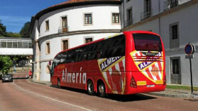 El autobús del Almería, en un desplazamiento.