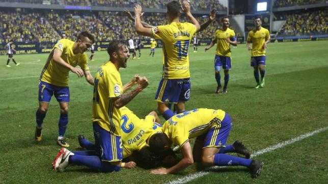 Los jugadores del Cádiz CF abrazados a Alvarito