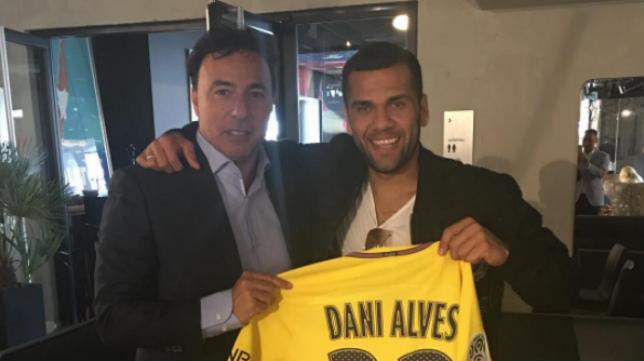 Quique Pina posa con Dani Alves en el estadio del PSG.