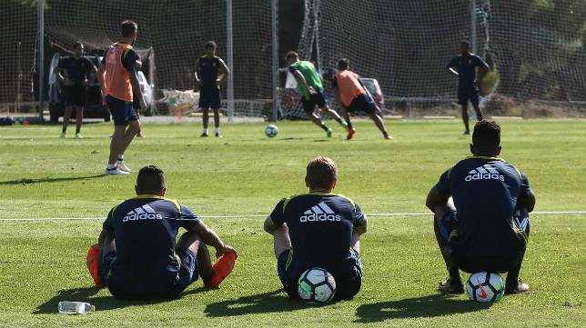 Los futbolistas del Cádiz CF observan a sus compañeros durante el entrenamiento.