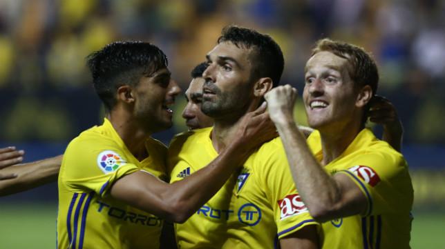 Barral celebra el gol con sus compañeros.