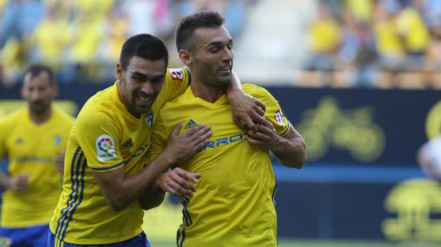 Romera celebra un gol con Barral
