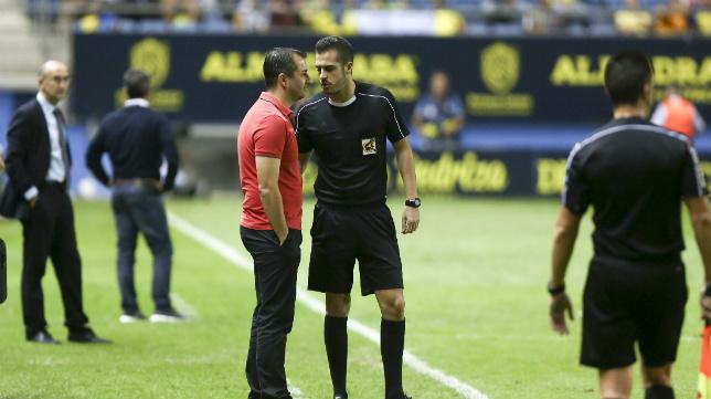 Ais Reig habla con Diego Martínez con Cervera detrás en un partido de otra temporada.