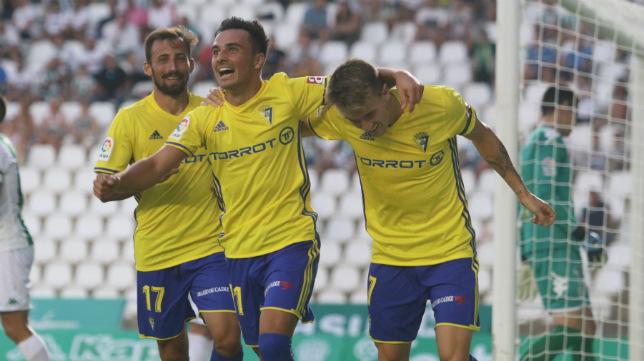 Aitor, Alvarito y Salvi celebran un gol en Córdoba.
