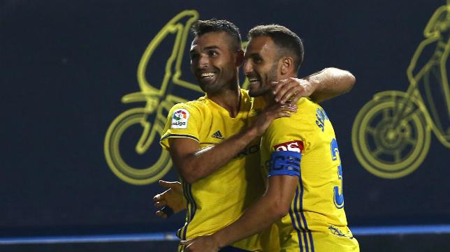 Servando y Barral celebran un gol del segundo