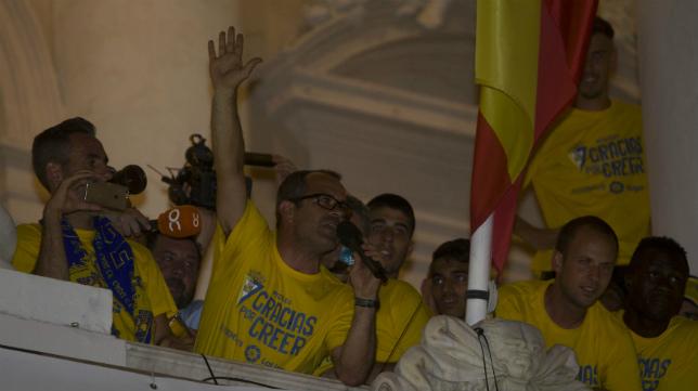Cervera se dirige al cadismo desde el balcón del Ayuntamiento un día después del ascenso en Alicante.
