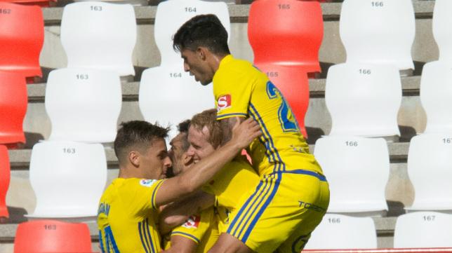Los jugadores del Cádiz CF celebran el gol de Barral en Lugo.