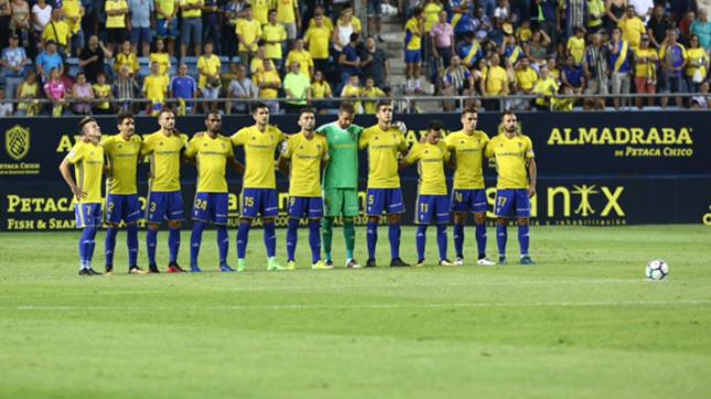 Los jugadores del Cádiz en un minuto de silencio antes de un partido en Carranza