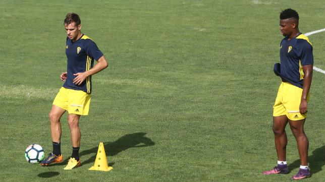 Brian (en la imagen junto a Moha Traoré) no es titular en este Cádiz CF.