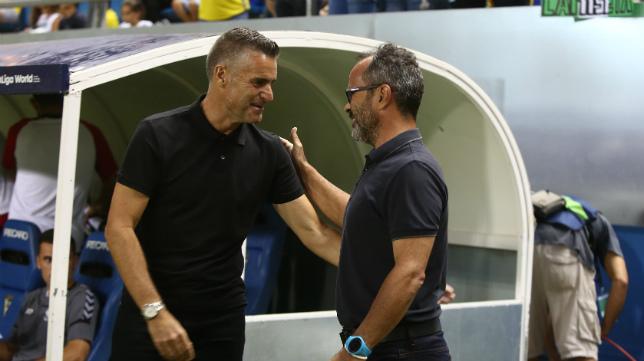 Carreras y Cervera se saludan antes del partido de ayer.