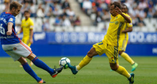 Aitor disputa el balón con el central Carlos Hernández.