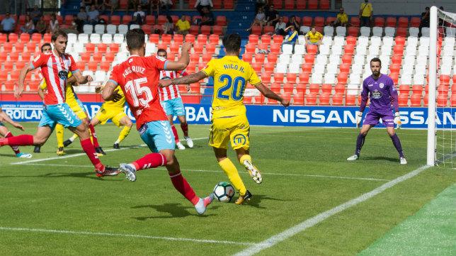 Nico Hidalgo intenta dar un pase de la muerte ante el Lugo.