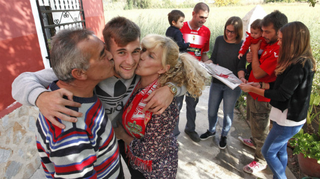 Carrillo, con sus padres, cuando estaba en la cantera del Murcia.