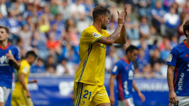 El delantero cadista Carrillo ante el Real Oviedo la temporada pasada