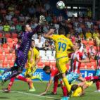 Balón colgado al área durante el Lugo-Cádiz CF.