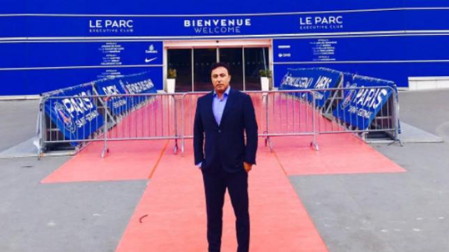Quique Pina, a las puertas del Parque de los Príncipes de París.